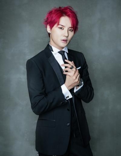Tóc nam nhuộm màu tím đỏ cho chàng co làn da sáng