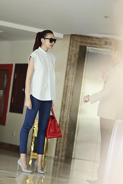 Siêu mẫu thanh hằng giản dị với jeans và sơ mi dạo phố